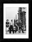 Молодые нефтяники в поселке Нефтяные Камни, архивное фото